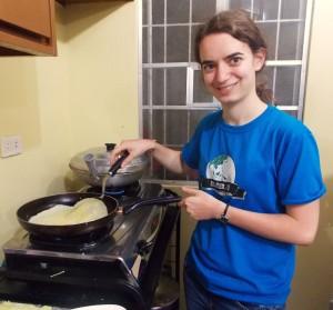 En train de faire de crêpes pour les filles de la Hope House !